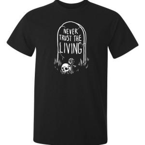 Never trust the living som är tryckt på en svart t-shirt av hög kvalitet. ett måste för alla positiva människor.