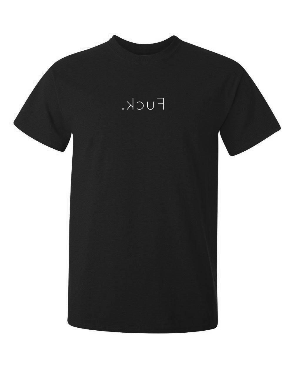 Ordet fuck är tryckt på en svart tshirt av kvalitet, ordet är även tryckt spegelvänt, så kanske det betyder det motsatta