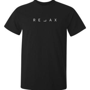 En svart t-shirt av god kvalitet med trycket relax mitt på bröstet
