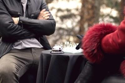 Muž a žena hrající šachy