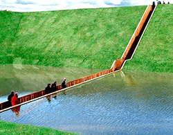 Pont En Accoya Qui Traverse Un Lac