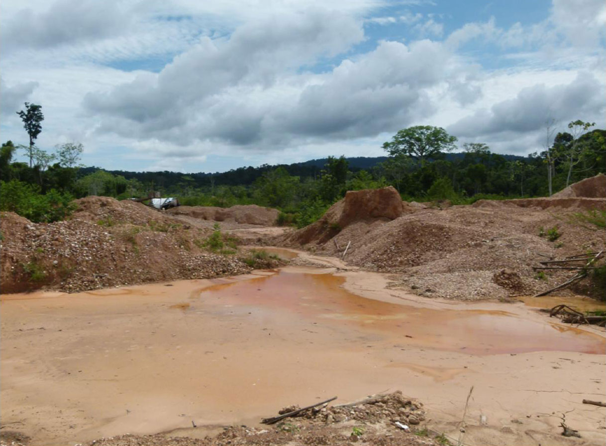 Área de mineração abandonada. O estrago está feito.