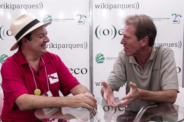O colunista José Truda entrevista Henrique Korn, no stand de ((o))eco.