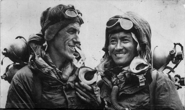 Os míticos alpinistas Edmund Hillary e Tenzing Norgay em 1953 já felizes e fora da 'zona da morte' (note os tubos de oxigênio). Fonte: Wikipedia