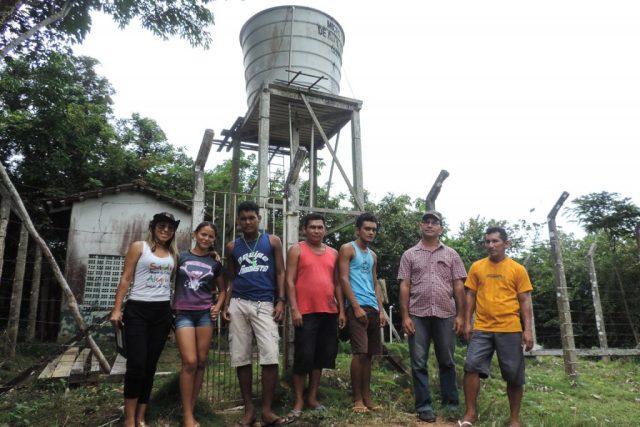 Membros da comunidade de São Domingos na instalação de um Mãe d'Água.