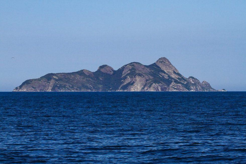 Alcatrazes vista de oeste. O lado abrigado da ilha principal possui os melhores ancoradouros e pontos de mergulho