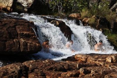 Massagem natural nas quedas do Rio Preto. Foto: Duda Menegassi.