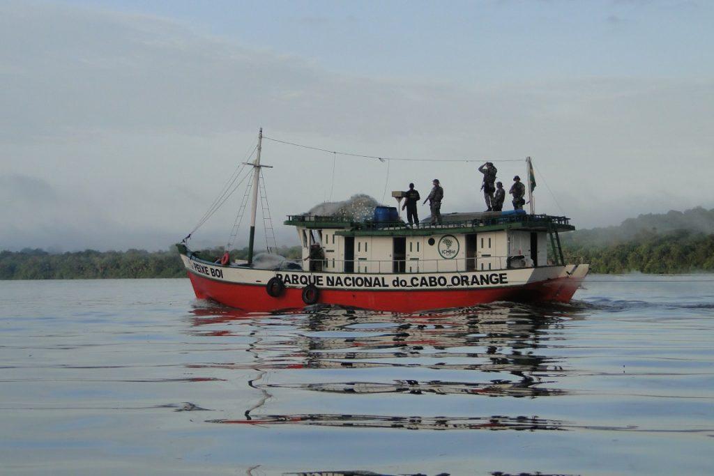 Barco do ICMBIo usado na vigilância do Parque Nacional Cabo Orange. Crédito: Paulo Silvestro.