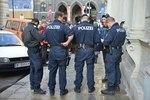 Bild: © GEA- Die Polizei umzingelt die Gruppe