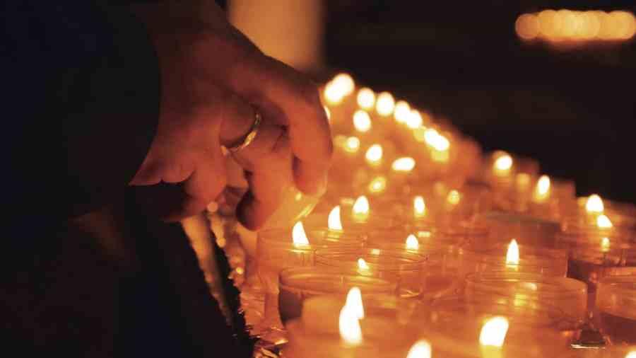 Besucher können in der Kirche für sich selbst oder für andere Menschen eine Kerze entzünden