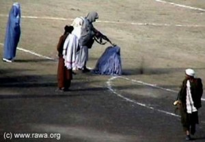 Afghanistan: talebani che maltrattano le donne