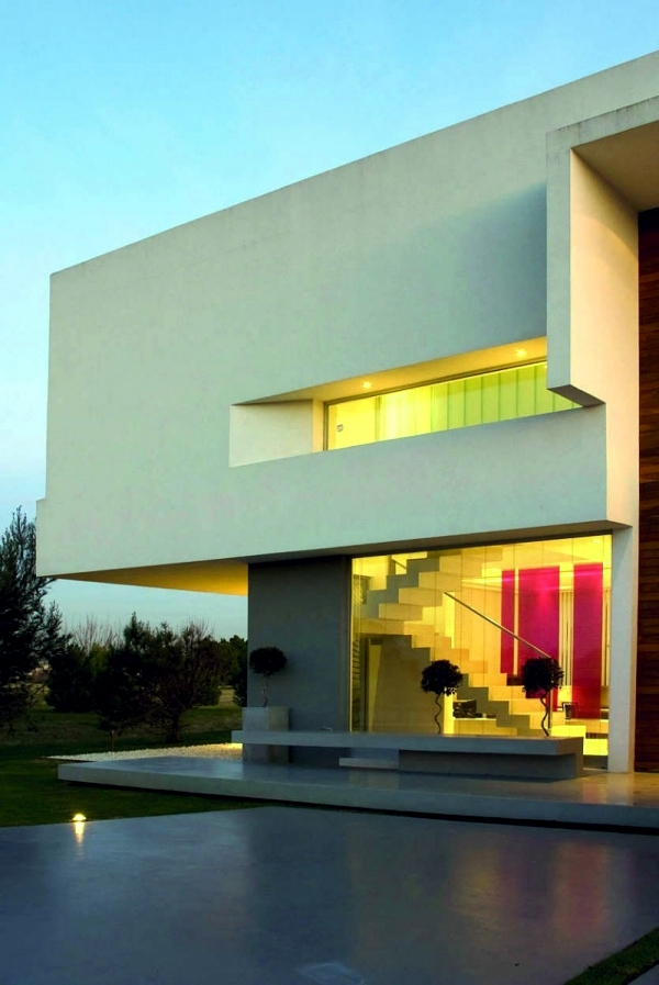 Concrete building with glass fronts in the Bauhaus style of Vanguarda Architects  Interior
