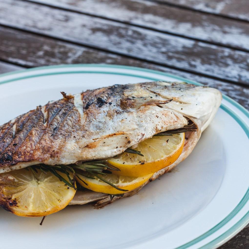Dorade Fisch Grill BBQ gefüllt