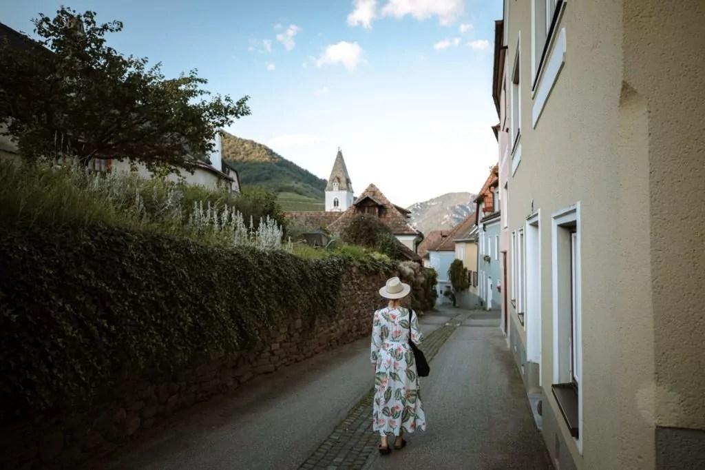 Frau läuft Abends im Sommer durch Spitz an der Donau