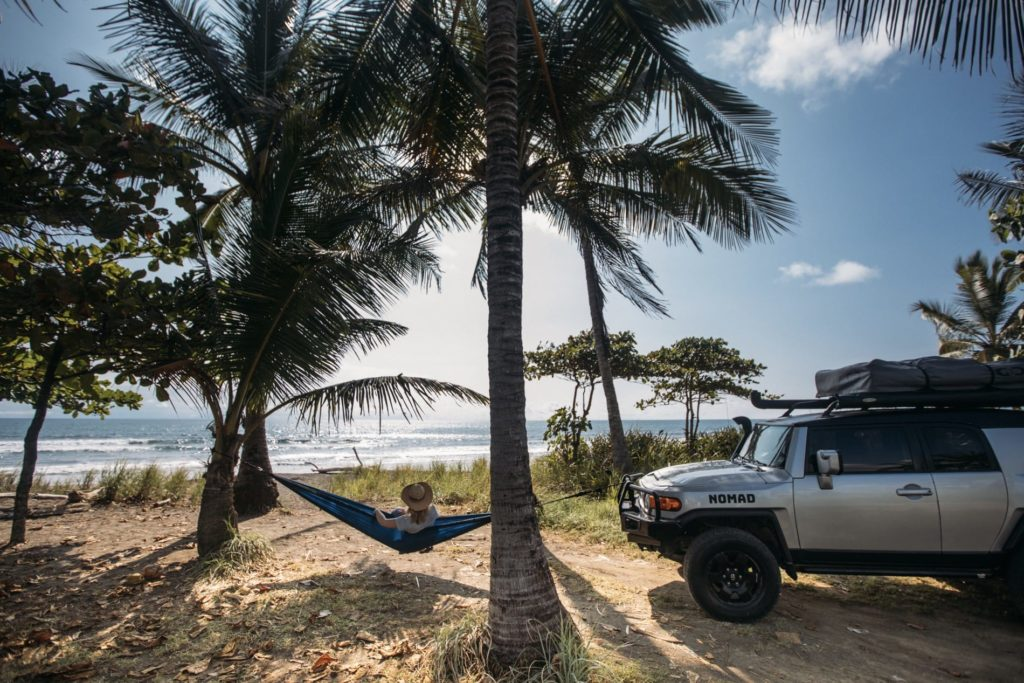 Frau ruht am Strand in Costa Rica