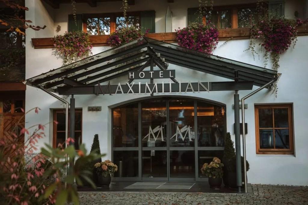 eingang des hotel maximilian in oberammergau