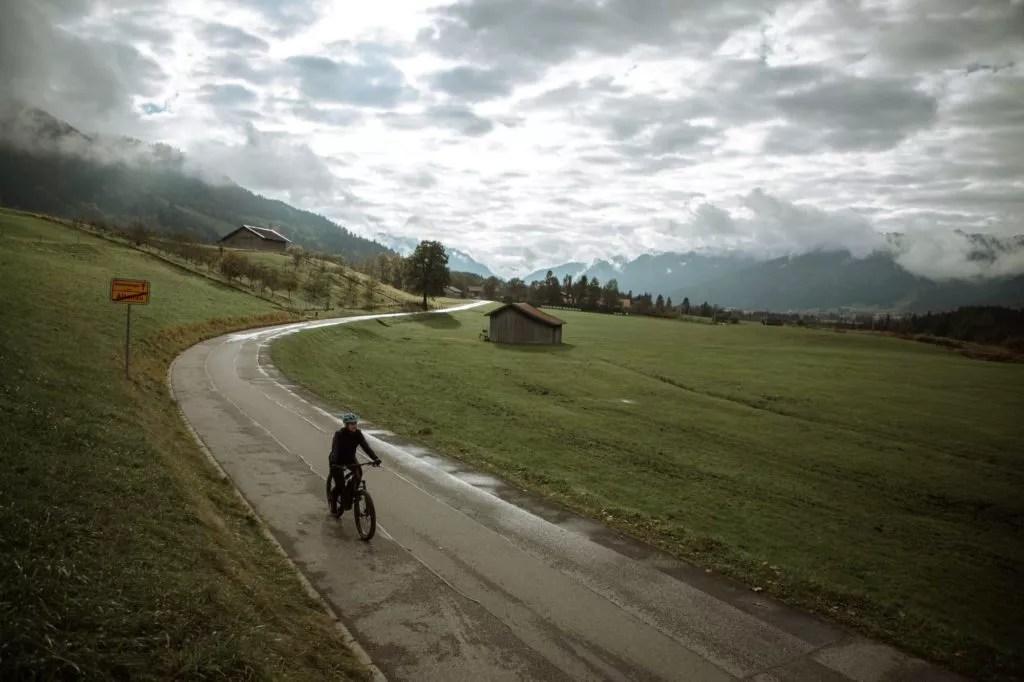 frau fährt mit dem ebike durch die ammergauer alpen