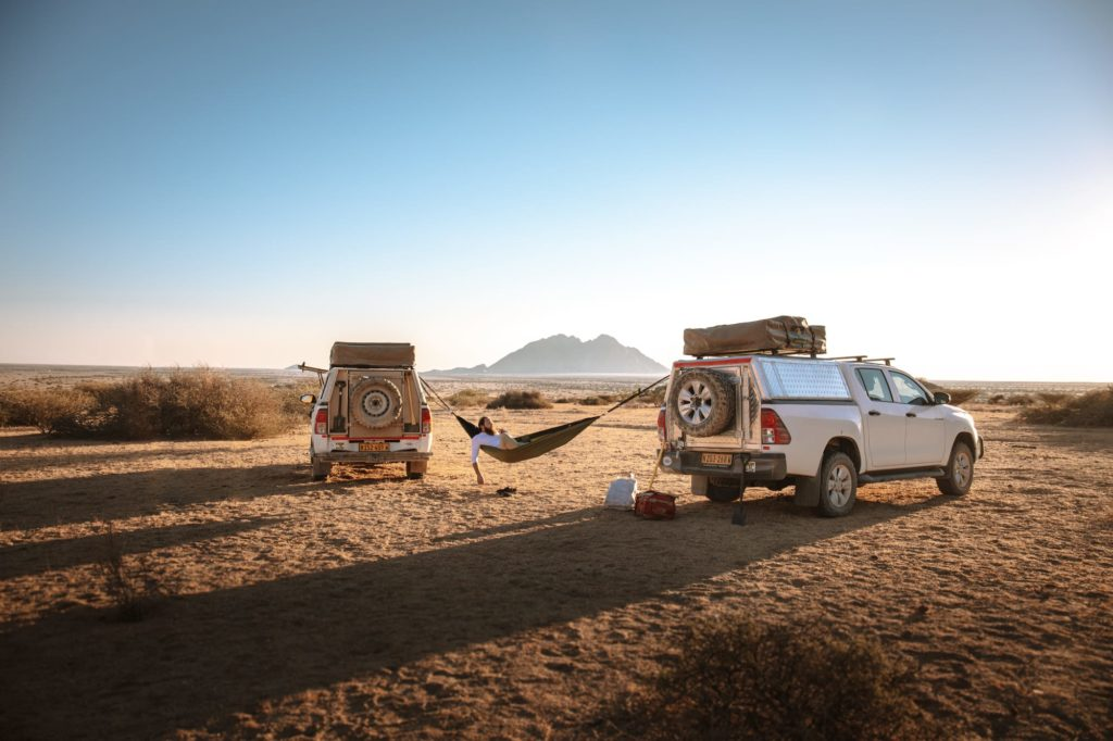 camping mit offroad auto im spitzkoppe camping in namibia