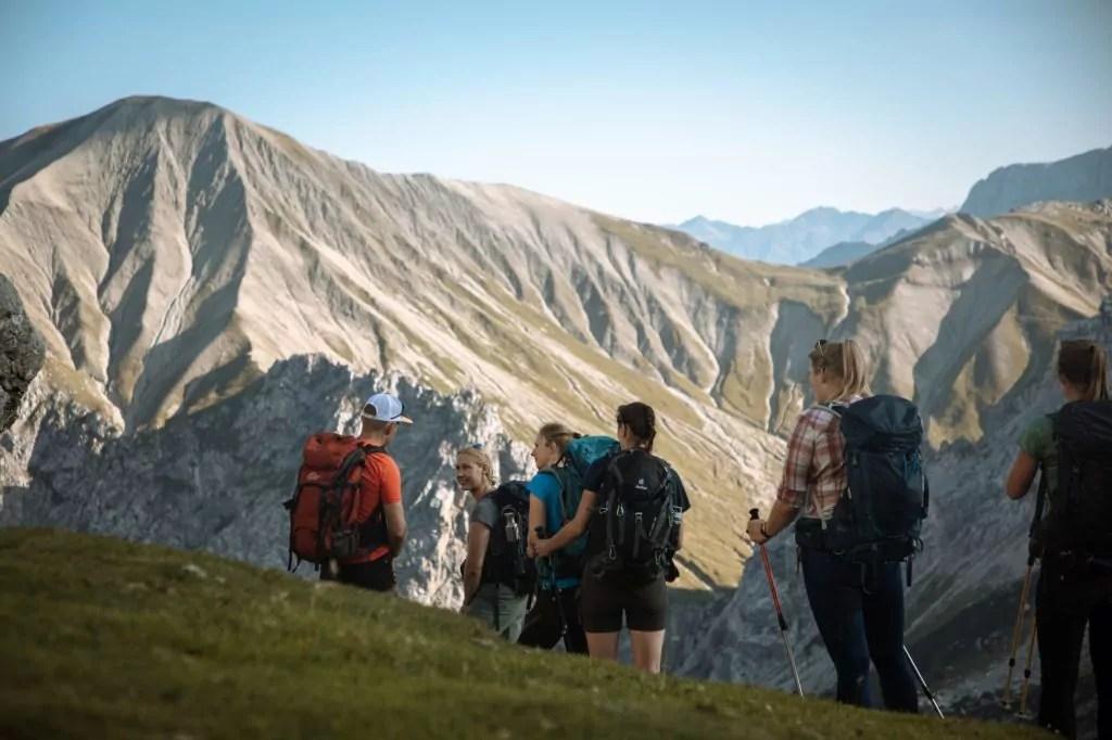 gruppe frauen mit bergführer bei wanderung auf die zugspitze in den alpen