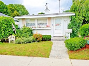 Adorable tiny  2br Cottage lake house 300 steps from the mouth of Lk Huron