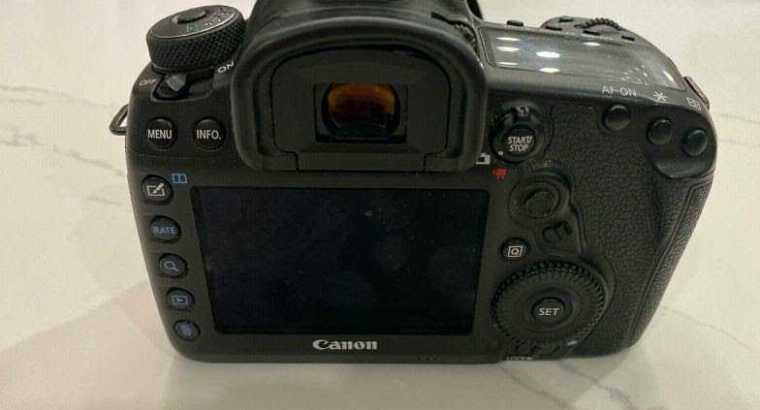 Canon EOS 5D Mark IV Digital SLR Camera with 24-70mm lens