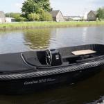 Sloepje met motorpech naar haven slepen in Haarlem