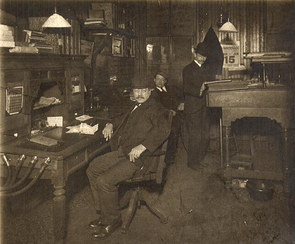 https://i0.wp.com/www.officemuseum.com/IMagesWWW/Three_Men_in_Office_Talking_Tubes_Thur_15_Jan.jpg