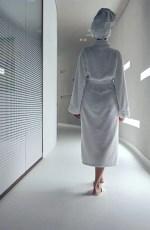 Femme en peignoir marchant dans un couloir