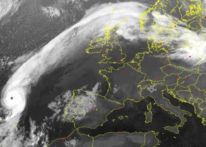 eccezionale-immagine-satellitare-l-uragano-ophelia-ad-ovest-del-portogallo-fonte-sat24-com-3bmeteo-80273.png