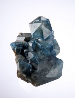Blauer, perfekt ausgebildeter Fluorapatit aus São Geraldo do Baixio, Doce valley, Minas Gerais, Brasilien. Fluorapatit stellt einer der ökonomisch wichtigsten Phosphatquellen dar (Foto: Rob Lavinsky, iRocks.com, Wikipedia, Creative Commons Attribution-Share Alike 3.0 Unported).