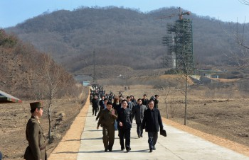 North Korean officials and foreign journalists leave the launch pad after a visit to see the rocket Unha-3 at Tangachai-ri space center on April 8, 2012 (Photo Pedro Ugarte / AFP).