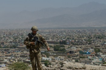 A US soldier in front of Kabul in August 2013 (Photo: 1st Lt. Eric Rolshouse).