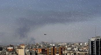 Flyers are dropped over Gaza City by the Israeli army urging residents to evacuate their homes on July 30, 2014 (Photo: Mohammed Abed / AFP / Getty Images).