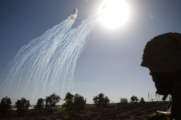 Artillery rounds of phosphorescence explode above Taliban positions during a battle in Musa Qala district in southern Afghanistan's Helmand province November 7, 2010. (Bildquelle: Finbarr O'Reilly/Reuters)