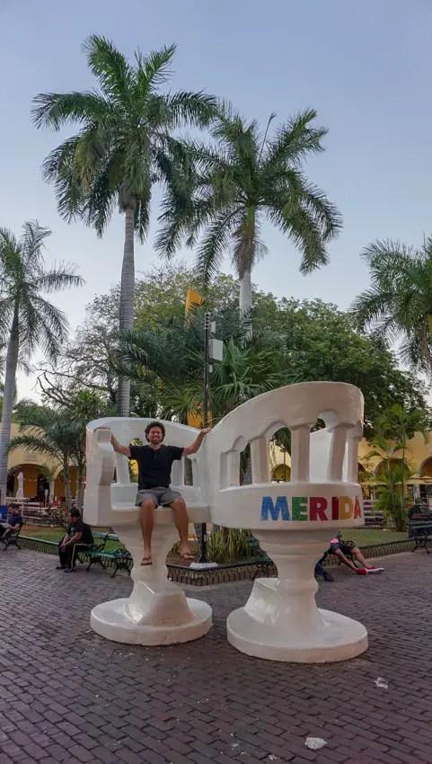 The oversized sillas de tu y yo in Merida