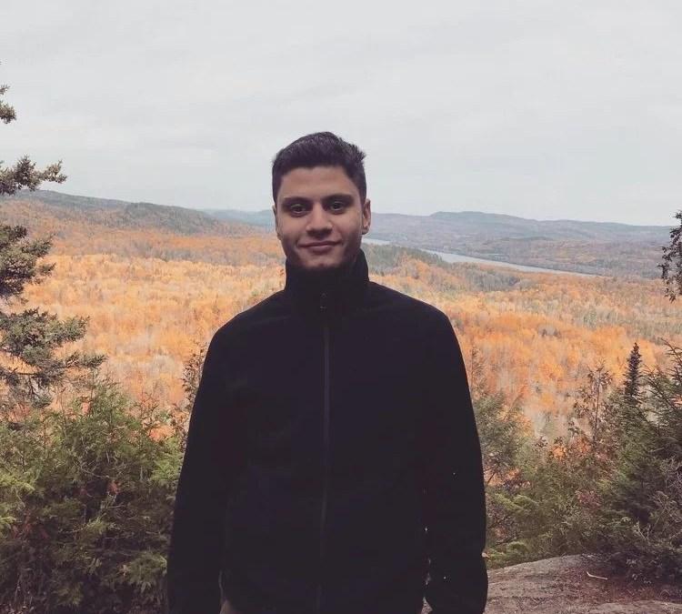Michael devant les montagnes du Canada