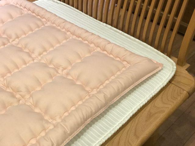 使いやすいピンクの綿敷ふとんとベッドパッド