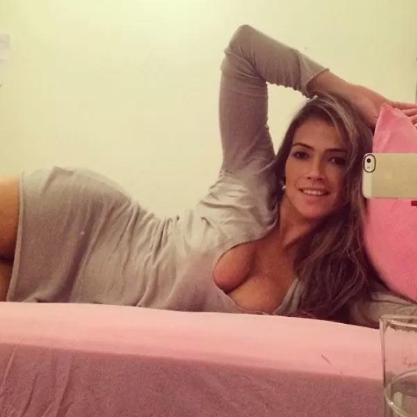 Fani Pacheco sensualiza em foto e posa na cama, com decotão