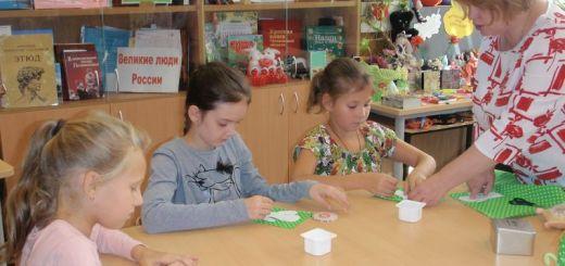 Школьники мастерили декоративную игольницу-кактус
