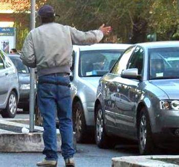 Un parcheggiatore abusivo