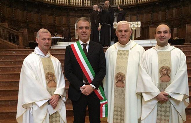 Il sindaco Bardone con alcuni sacerdoti