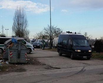 I carabinieri escono dal campo nomadi trasportando le due arrestate