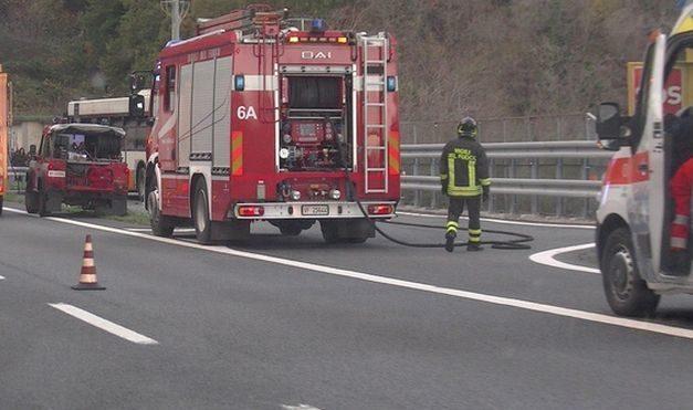 Camion perde il carico alla periferia di Tortona creando scompiglio sull'Autostrada