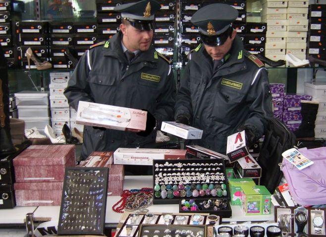 In un megastore cinese di Tortona la Finanza sequestra 40 mila prodotti non a norma per 150 mila euro