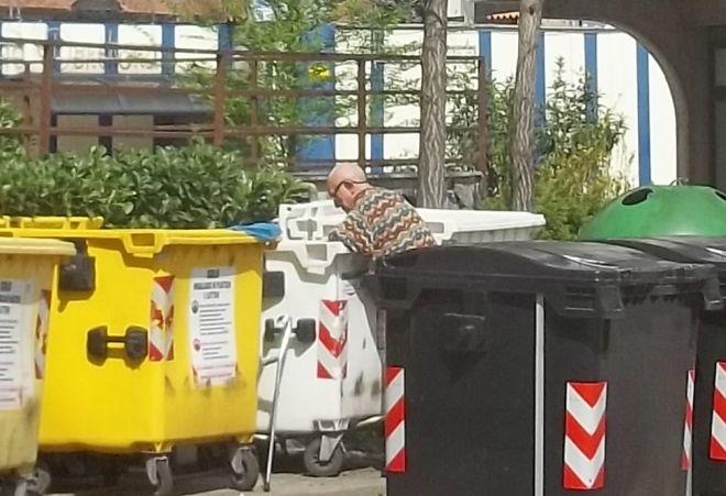 L'uomo che fruga nei rifiuti