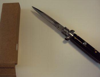 Uno dei coltelli sequestati