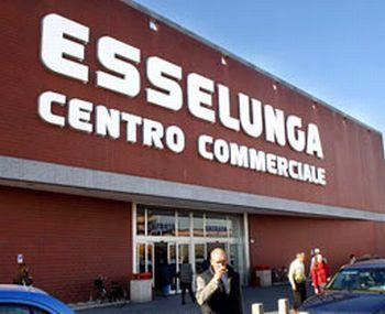 Dopo lo champagne, due rumeni rubano 335 euro di pinoli all'Esselunga di Alessandria, denunciati