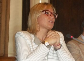 Rita Rossa ha messo i 21 profughi giunti dal'Africa a tagliare l'erba nel cimitero di Alessandria