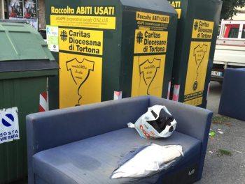 A Tortona abbandonano i rifiuti proprio vicino al cartello che lo vieta!