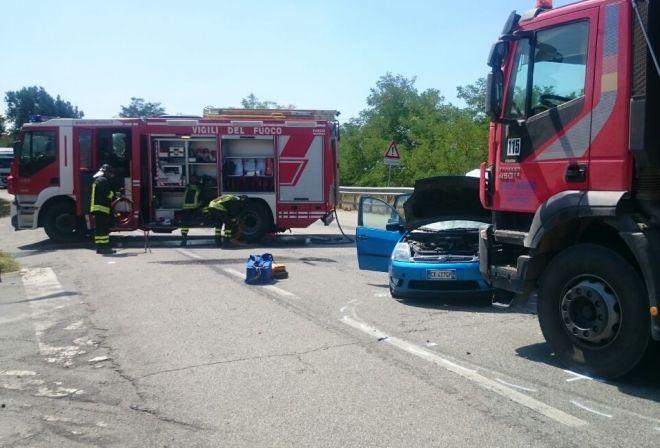 Scontro tra due auto alla periferia di Pontecurone, una finisce fuori strada